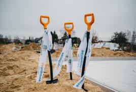 Wbicie szpadla na inwestycji PDD w Choroszczy. Ekologiczne domy buduje Unihouse